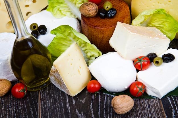 Différents types de fromages à pâte molle et à pâte dure internationaux