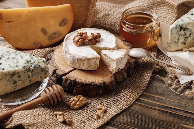 Différents types de fromages. tranches de brie au fromage ou camembert au parmesan