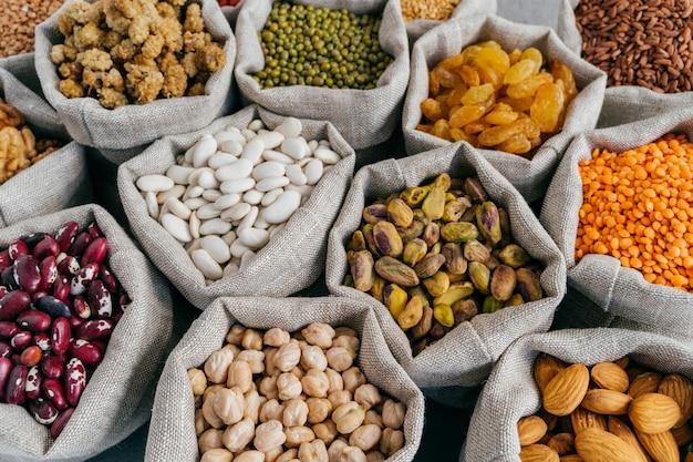 Différents types de fruits séchés et de céréales sur le marché des agriculteurs.