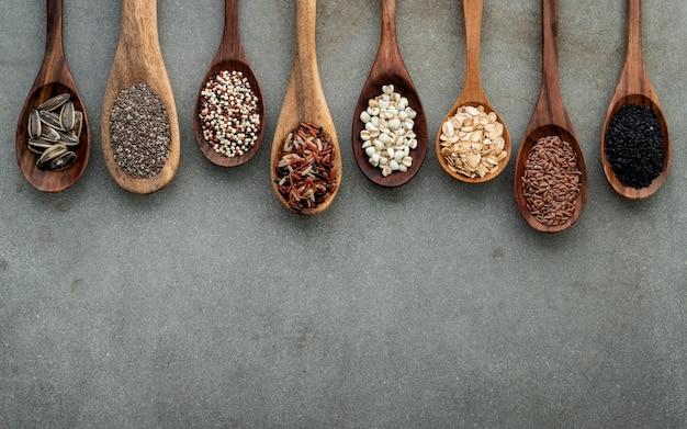 Différents types de grains et de céréales sur fond de béton minable.