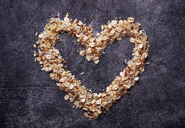 Différents types de grains: riz, blé, flocons d'avoine, avoine, sarrasin.