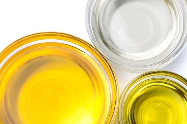 Différents types d'huile dans des pots isolés sur fond blanc