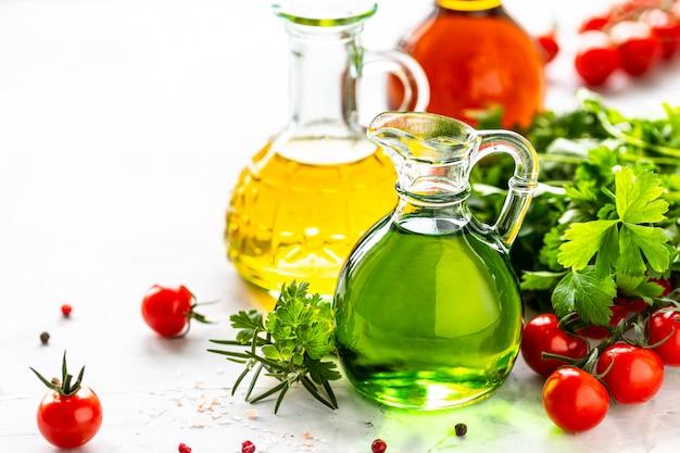 Différents types d'huile végétale en bouteilles de verre: sésame, lin, huile de raisin. place pour le texte