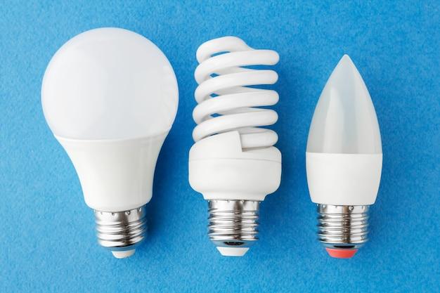 Différents types de lampes à économie d'énergie sur fond bleu