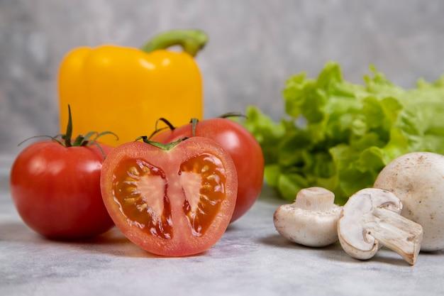 Différents types de légumes frais et sains placés sur la pierre