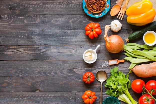 Différents types de légumes, sur une vieille table en bois, fond