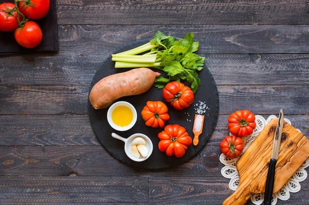 Différents types de légumes, sur une vieille table en bois
