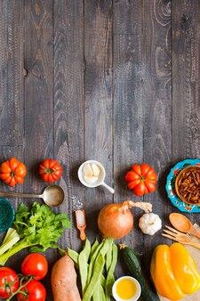 Différents types de légumes sur une vieille table en bois