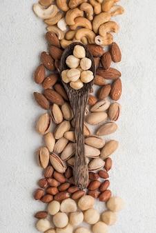 Différents types de noix et cuillère