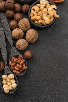 Différents types de noix et cuillères haute vue