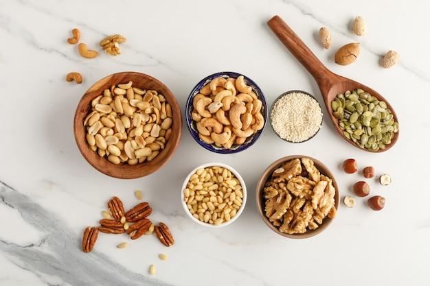 Différents types de noix dans des bols. vue de dessus. espace copie