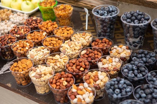 Différents types de noix servis dans la rue
