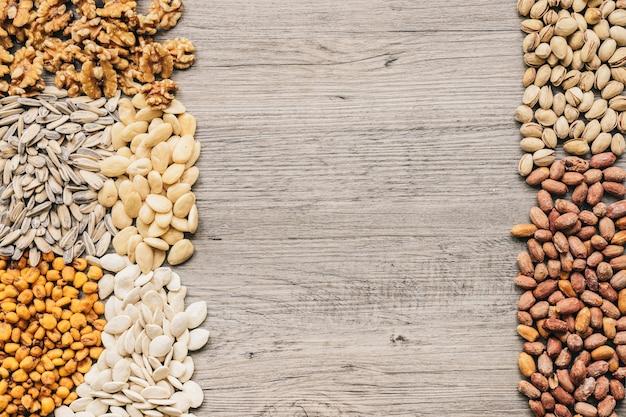 Différents types de noix sur la texture en bois