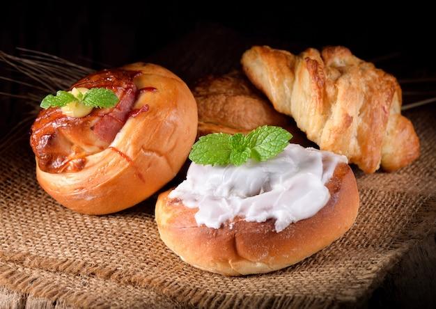 Différents types de pain sur bois