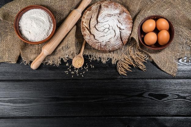 Différents types de pain sur une table en bois