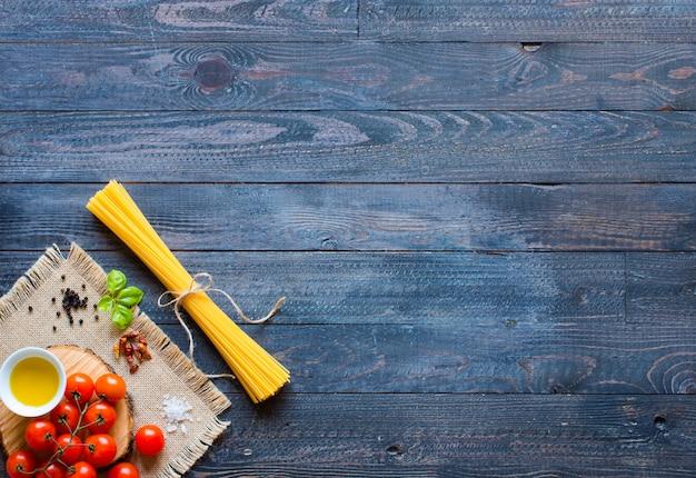 Différents types de pâtes italiennes sur un fond en bois