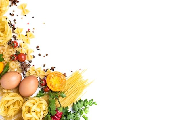 Différents types de pâtes italiennes, nids, spaghettis, épices, piment rouge chaud, œufs de poule, tomates, cerises, fond de pierre blanc clair. mise à plat, vue de dessus