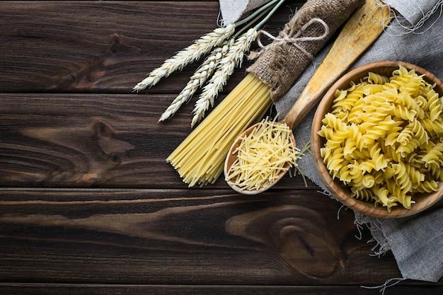 Différents types de pâtes italiennes non cuites