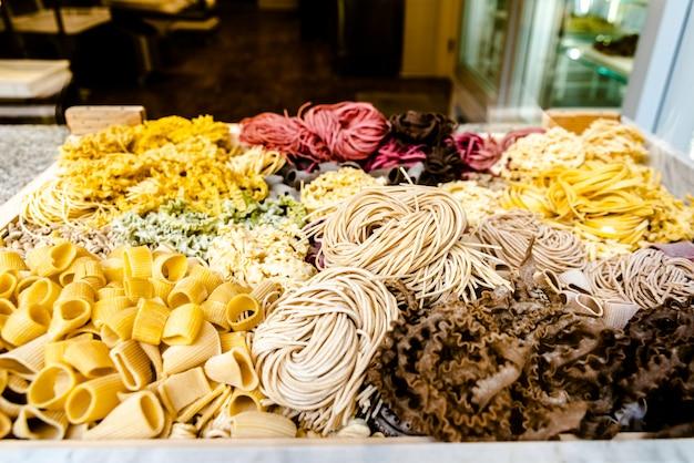 Différents types de pâtes italiennes originales colorées.