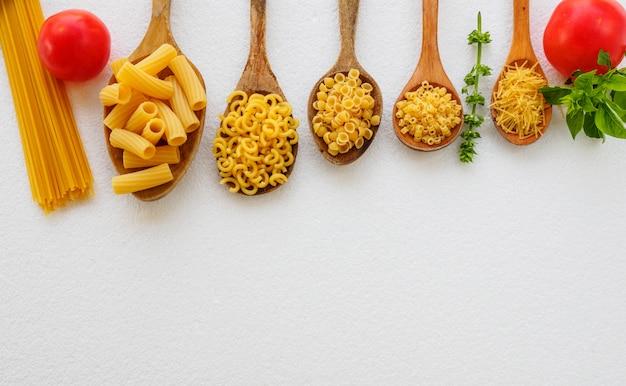 Différents types de pâtes italiennes préparées pour la cuisson.