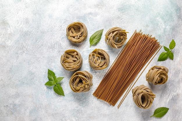 Différents types de pâtes non cuites.