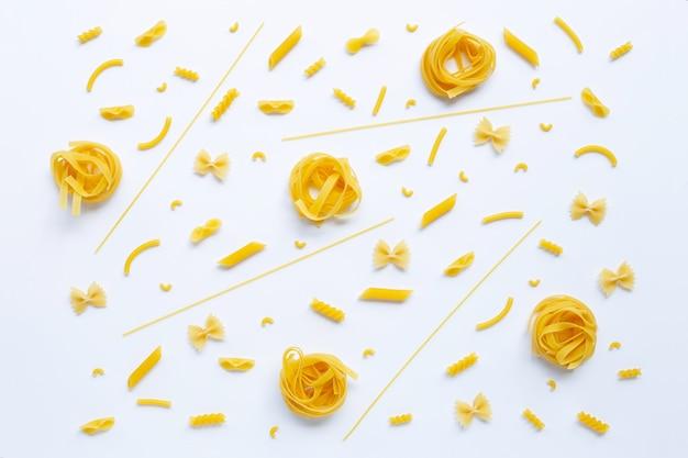 Différents types de pâtes sèches sur blanc.