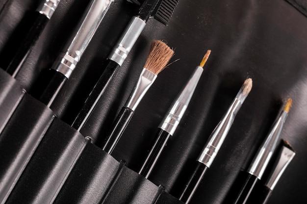 Différents types de pinceaux de maquillage dans une rangée