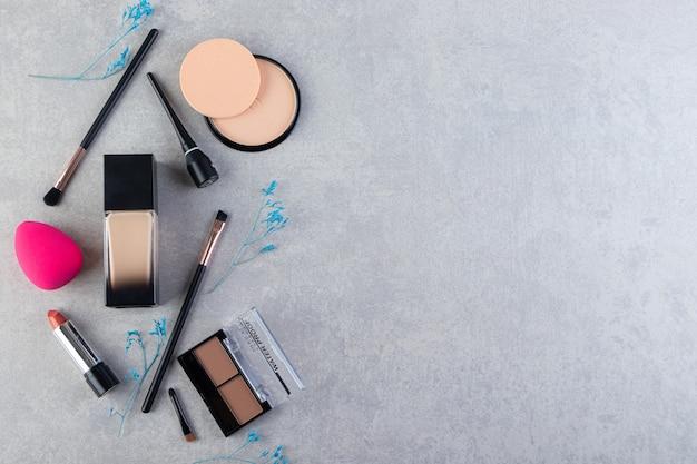 Différents types de produits cosmétiques sur fond gris.