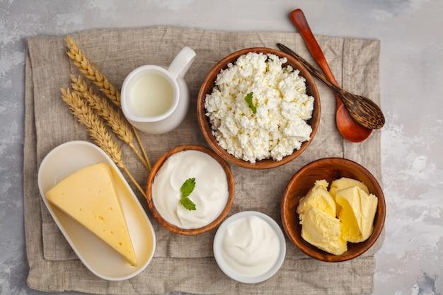 Différents types de produits laitiers sur fond blanc, vue de dessus, espace copie