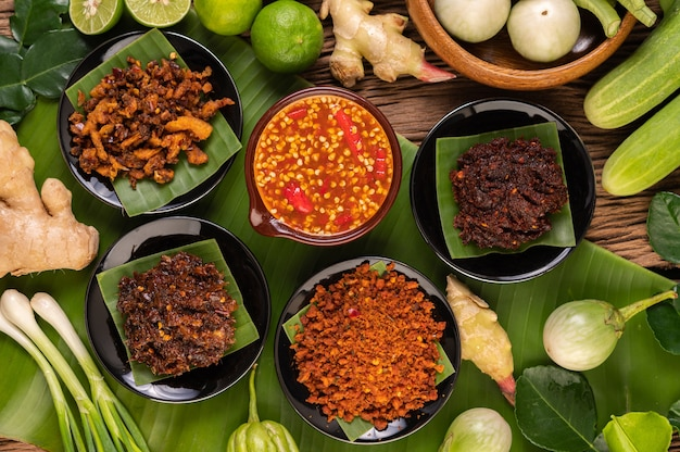 Différents types de sauce chili dans une tasse avec des ingrédients à préparer