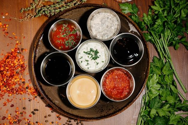 Différents types de sauces et d'huiles dans des bols, vue de dessus