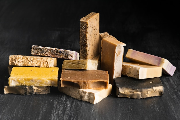 Différents types de savon sur la table