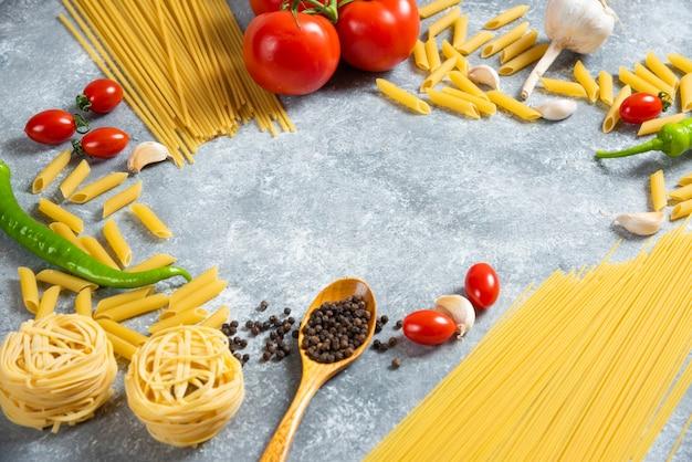Différents types de spaghettis non cuits aux légumes