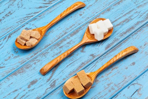 Différents types de sucre dans les cuillères se bouchent