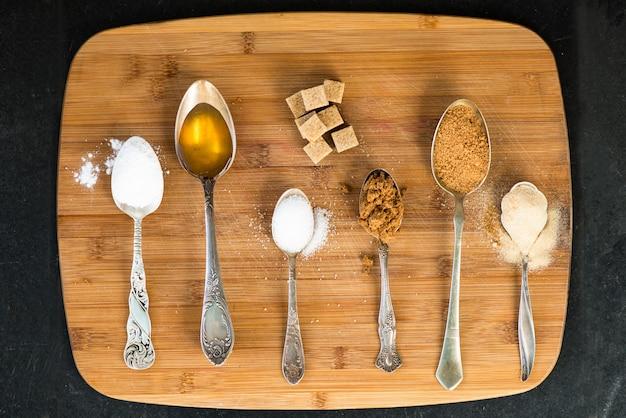 Différents types de sucre dans les cuillères