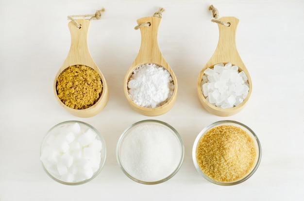 Différents types de sucre dans le verre et le bol en bois