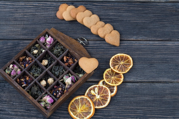 Différents types de thé dans une vieille boîte, cookies