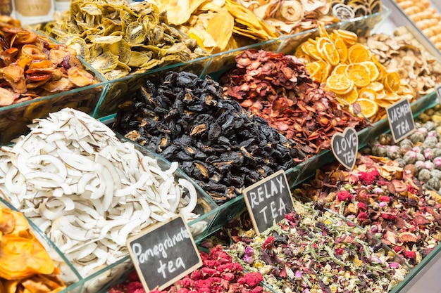 Différents types de thé. marché égyptien à istanbul, en turquie.