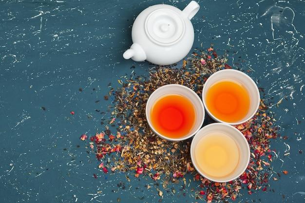 Différents types de thé pour la cérémonie, vue de dessus, espace libre