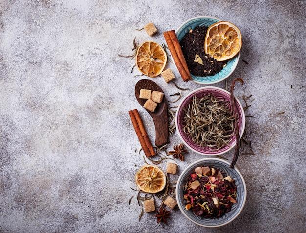 Différents types de thé sec. mise au point sélective