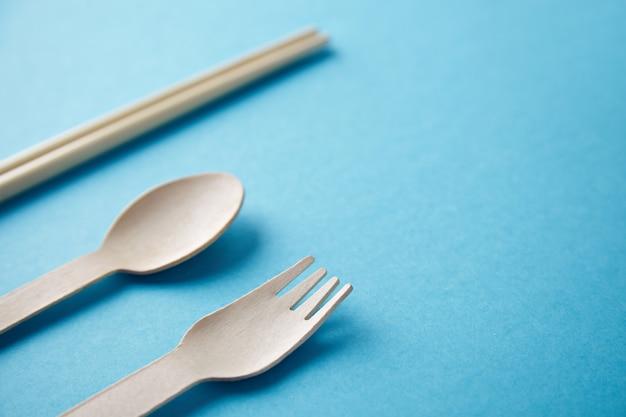 Différents types d'ustensiles de cuisine à emporter: baguettes asiatiques