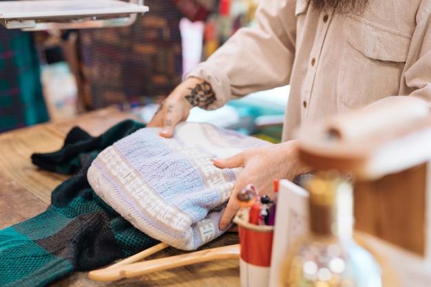 Différents types de vêtements dans le magasin de vêtements