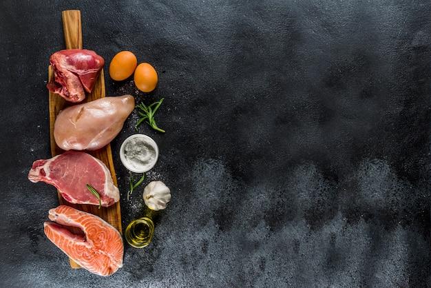 Différents types de viande avec des herbes et de l'huile
