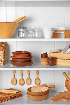 Différents ustensiles de cuisine sur des étagères
