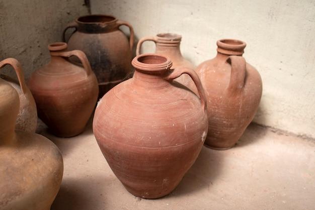 Différents vases antiques en argile, fabriqués à la main