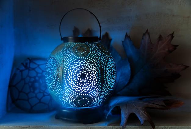 Diffuseur d'arôme dans le style d'une ancienne lampe orientale. nature morte avec diffuseur, attrape-rêves et feuilles d'érable.