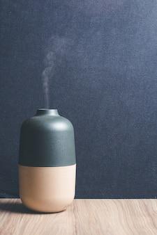 Diffuseur d'arômes d'huiles essentielles électriques sur table en bois