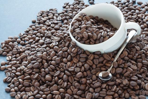Diffusion de grains de café avec tasse