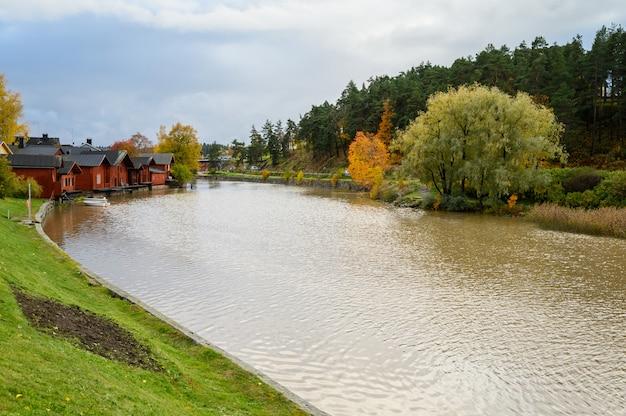 La digue de granit avec ses maisons rouges et ses granges. les bateaux à billets blancs sont liés à des bouées.