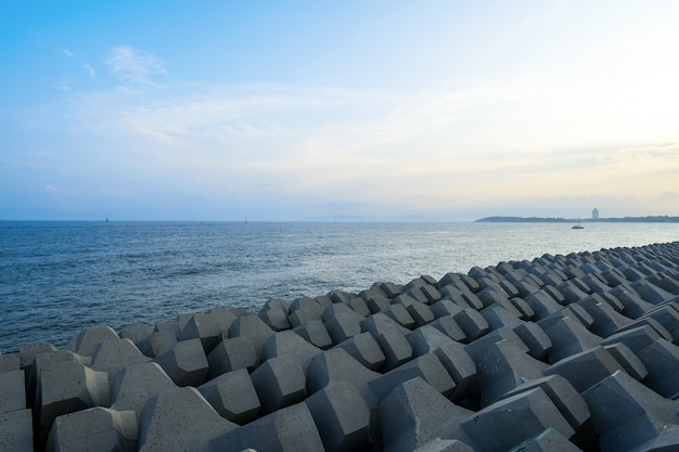 Digues et barrages en bord de mer à qingdao, chine